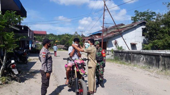 Laksanakan Penegakan Disiplin Protokol Kesehatan, Tiga Pilar di Desa Mandor Bagikan Masker