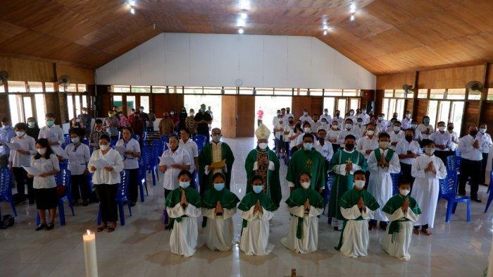 DEWAN PAROKI - Uskup Agung Pontianak Mgr Agustinus Agus bersama para anggota Dewan Pastoral Paroki St Theresia dari Kanak-kanak Yesus, Simpang Tiga, di Semade, Banyuke Hulu, Kabupaten Landak, Kalbar, Jumat pagi, 9 Juli 2021.