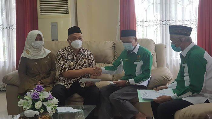 Wabup Berikan Zakat Fitrah dan Zakat Harta Kepada Baznas Kabupaten Bengkayang
