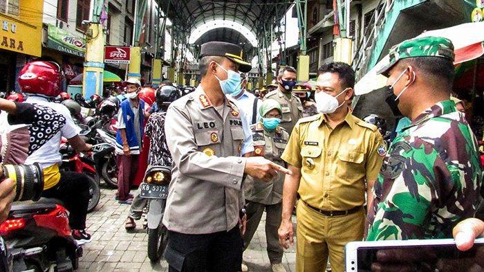 Petugas Pol PP Pontianak Akan Berikan Sanksi Bagi Pengujung Pasar Tengah Tanpa Menggunakan Masker