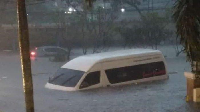 Kendaraan shuttle bus terendam air akibat banjir di kawasan Pasteur, Kota Bandung, Kamis 24 Desember 2020 petang.
