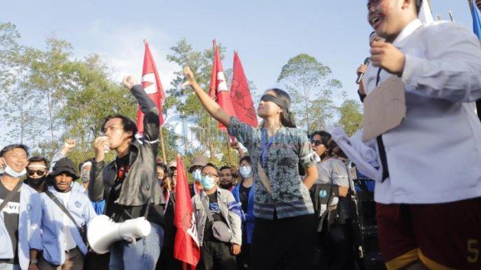 FOTO: Sejumlah Mahasiswa Menggelar Aksi Teatrikal di Bundaran Digulis Pontianak