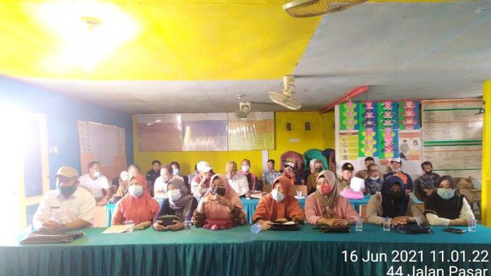 Bhabinkamtibmas Desa Parit Baru Selakau Hadiri Rapat Koordinasi Tanggap Penanganan Covid-19