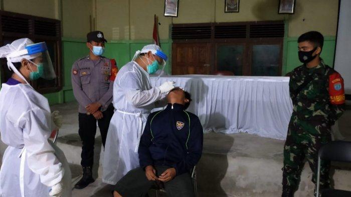 Polisi-TNI Kawal Pelaksanaan Tes Swab PCR Kepada Puluhan Masyarakat Desa Tanjung Sari Nanga Pinoh