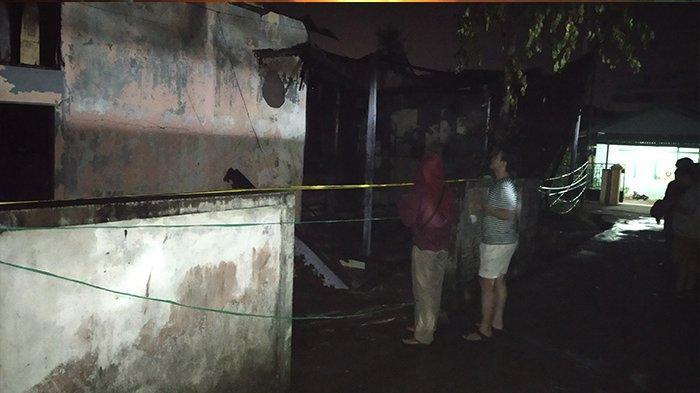 Dinda Seorang Mahasiswi Tahan Tangis Lihat Rumahnya Luluh Lantak Terbakar