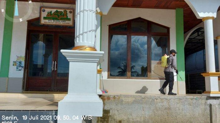 Jelang Hari Raya Idul Adha, Kapolsek Boyan Tanjung Pimpinan Penyemprotan Disinfektan Tempat Ibadah