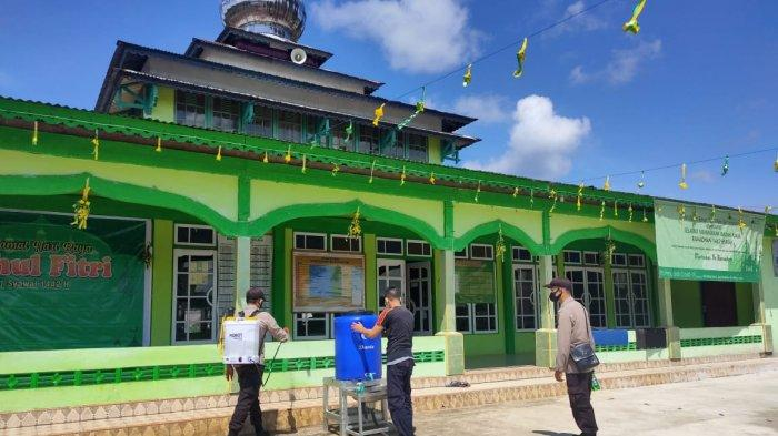 Jelang Idul Fitri dan Kenaikan Isa Al-Masih, Polisi Lakukan Penyemprotan Disinfektan Tempat Ibadah