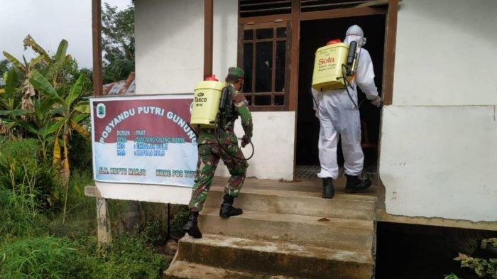 Bhabinkamtibmas Bersama Tim Satgas PPKM Gencar Laksanakan Penyemprotan Disinfektan di Fasilitas Umum