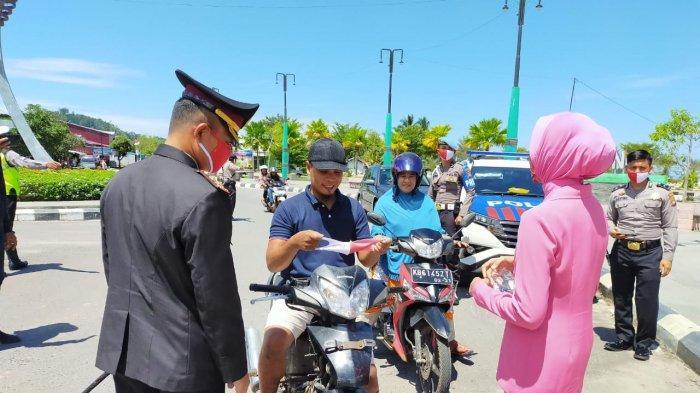 Antisipasi Penularan Covid-19 di Hari HUT RI ke-75, Polres Kayong Utara Bagikan Masker Kepada Warga