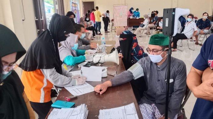 Kapolsek Sungai Kakap Dampingi Pimpinan Pondok Pesantren Al Bahjah Ikuti Vaksinasi Covid-19