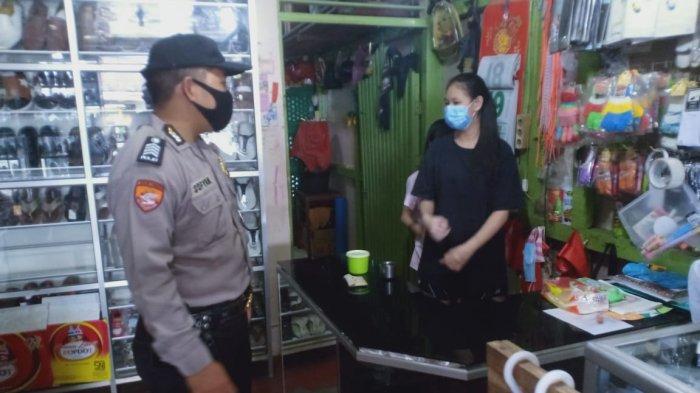 Bhabinkamtibmas Desa Semparuk mengimbau pengusaha, pemilik toko atau warung untuk selalu menggunakan masker dan menerapkan protokol kesehatan dalam mencegah penyebaran covid-19, Senin 12 Juli 2021.