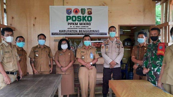 Kapolsek Sanggau Ledo Cek Posko PPKM Mikro di Desa Lembang