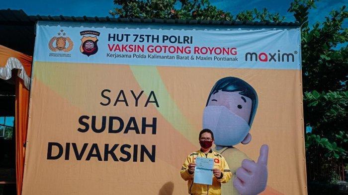 Seorang driver Maxim mengikuti program vaksinasi tersebut.