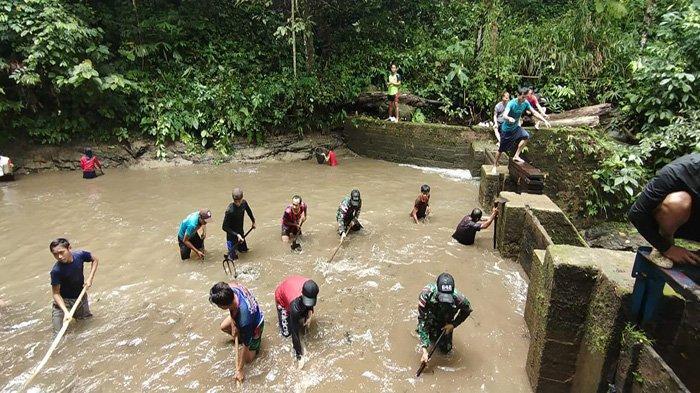 Satgas Yonif 642/Kps Gelar Karya Bakti Bersama Warga Dusun Gunjemak Bersihkan Bendungan