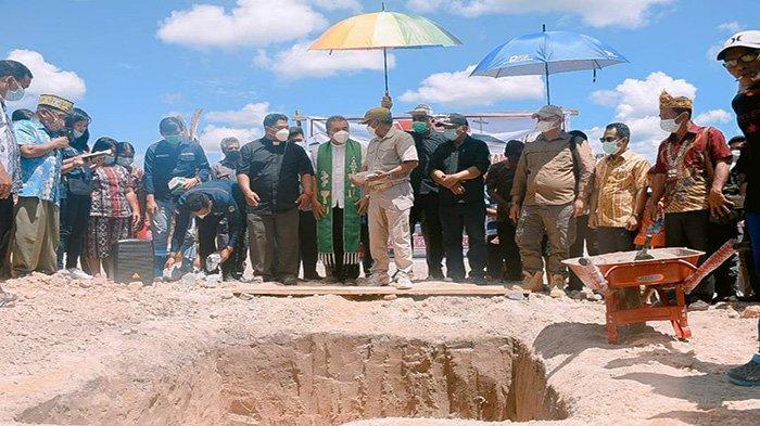Martin Letakkan Batu Pertama Pembangunan Dua Gereja di Simpang Hulu