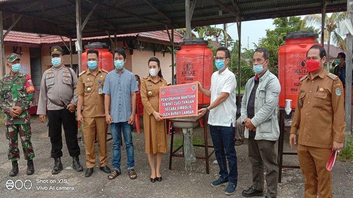 Bupati Karolin Serahkan Bantuan Tempat Cuci Tangan Dari Desa Hilir Tengah untuk Tempat Ibadah