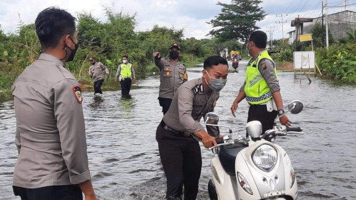 Polres Melawi menerjunkan personel dan armadanya seperti truk dalmas maupun mobil dinas Polres Melawi membantu masyarakat serta mengangkut kendaraan sepeda motor milik warga melintasi genangan banjir ini, Rabu 6 Oktober 2021 pagi.