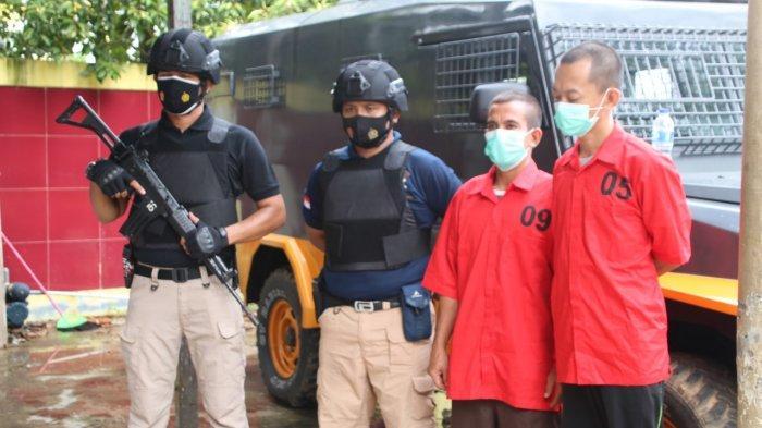Dua Tersangka dikawal dua Polisi bersenjata lengkap, Jumat 28 Mei 2021