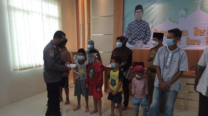 Satbinmas Polres Kubu Raya Berikan Santunan 105 Yatim Piatu dan Duafa Di Kantor Desa Parit Baru
