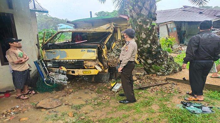 Tabrak Pengendara Motor Hingga Meninggal Dunia Dump Truk Kemudian Lari dan Tabrak 3 Rumah di Menyuke