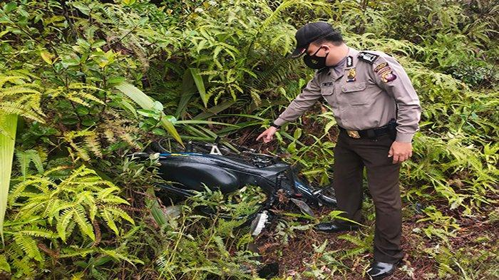 Dump truk yang menabrak tiga unit rumah di Desa Bagak, Kecamatan Menyuke.