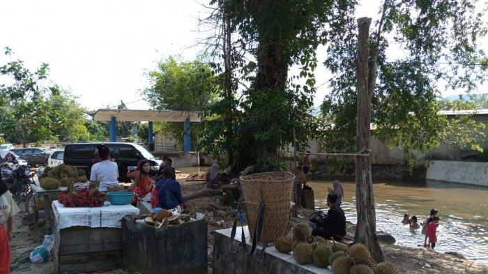 Destinasi Wisata Area Air Paoh, Wisayawan Disuguhkan Nikmatnya Durian Lokal Kayong Utara
