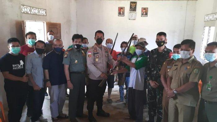 Warga Dusun Mawar Serahkan Belasan Senpi Rakitan ke Polsek Sanggau Ledo