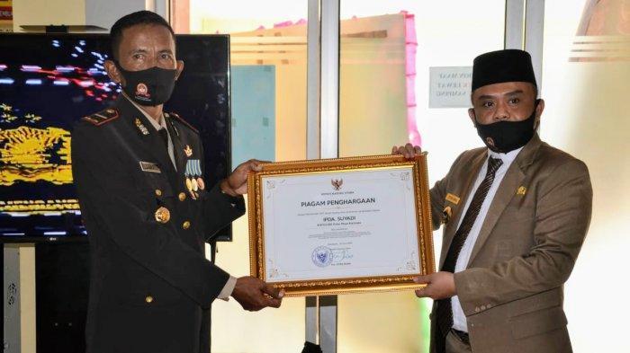 Serahkan Penghargaan Pada Personel Polres Kayong Utara, Ini Harapan Effendi Ahmad
