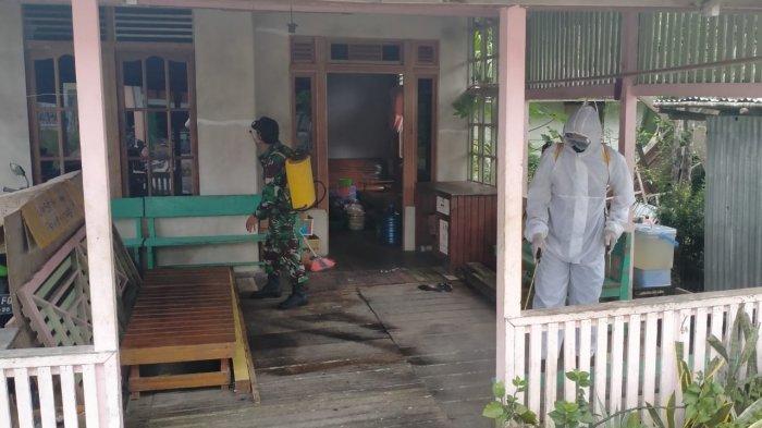 Bhabinkamtibmas Polsek Embaloh Hulu dan Tim Satgas Gencar Lakukan Penyemprotan Disinfektan