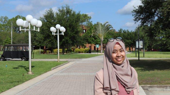 KAMPUS - Penulis, Endah Setya Ningsih, di depan University of Central Florida, Amerika Serikat.