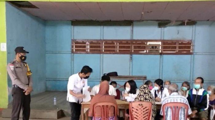 Aipda Meydianto Amankan Penyaluran Bantuan Sosial Tunai Tahap XII di Desa Entikong Tahun 2021