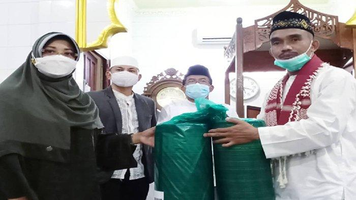 Serahkan Tali Asih di Masjid Nurul Ibad Sungai Pinyuh, Bupati Erlina Juga Ingatkan Penerapan Prokes