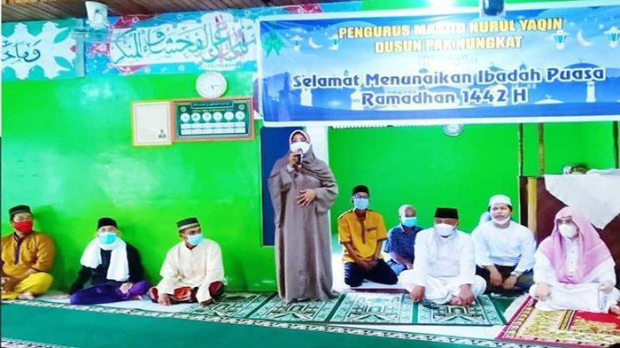 Lakukan Monitoring Keagamaan Bulan Ramadan di Sadaniang, Bupati Erlina Berikan Tali Asih