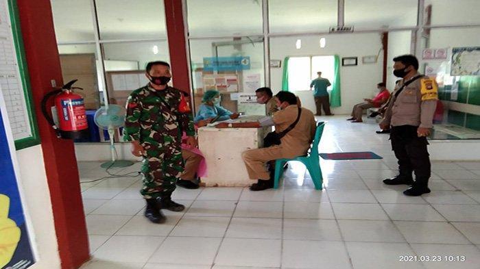 Bhabinkamtibmas dan Babinsa Laksanakan Pengamanan Vaksinasi COVID di Puskesmas Capkala