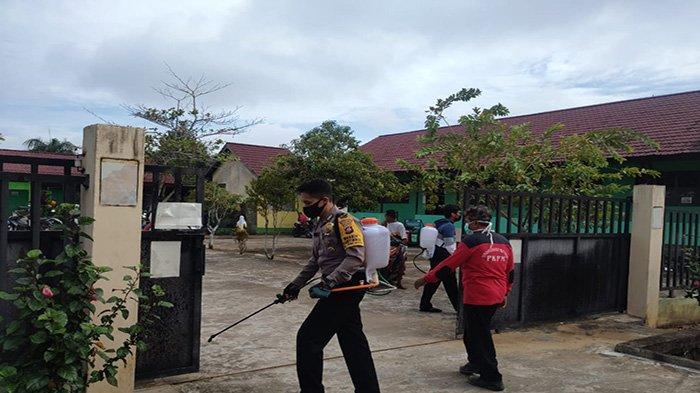Damkar Bersama Personel TNI dan Polri Lakukan Penyemprotan Disinfektan di Kelurahan Parit Mayor