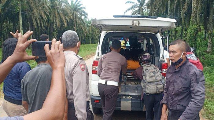 Personel Unit Satuan Lalu Lintas Polres Sanggau di bantu Personel Polsek Mukok dan masyarakat melakukan evakuasi korban kecelakaan lalu lintas di Jalan Raya Semuntai-Sekadau, Desa Semuntai, Kecamatan Mukok, Kabupaten Sanggau, Kalbar, Minggu 6 Juni 2021.