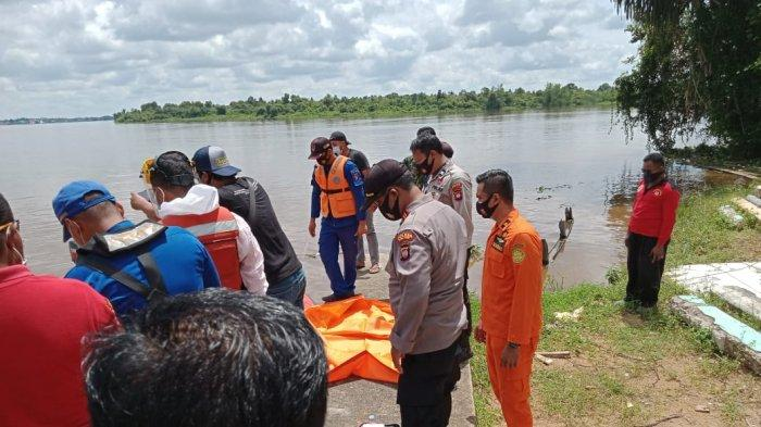 BREAKING NEWS - Penemuan Mayat Pria Tanpa Identitas di Sungai Kapuas Rasau Jaya