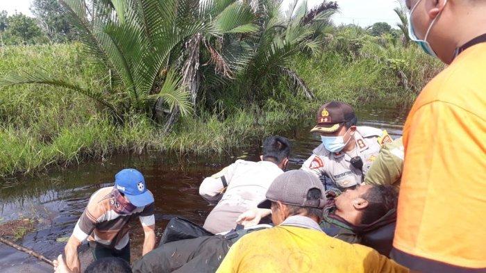 Tim Gabungan Saat Melakukan Evakuasi Terhadap Korban Pesawat Terbang Jenis Microlight Trike milik KLHK yang Jatuh di Desa Sungai Awan Kiri, Kecamatan Muara Pawan, Kabupaten Ketapang, Kalimantan Barat.