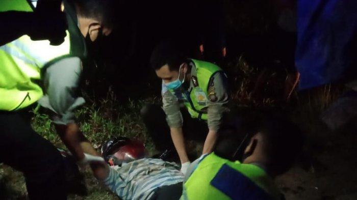 Personel satlantas melakukan evakuasi korban laka lantas di Jalan Raya Sekadau-Sanggau, Desa Ensalang, Rabu 17 Februari 2021