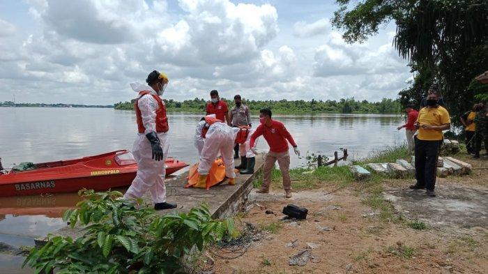 Suasana evakuasi mayat laki-laki yang mengambang ditepian sungai tepatnya di jalan Bintang Mas, Dusun Rasau Kapuas, Desa Rasau Jaya Umum, Kecamatan Rasau Jaya, Kabupaten Kubu Raya, pada Jumat 6 November 2020