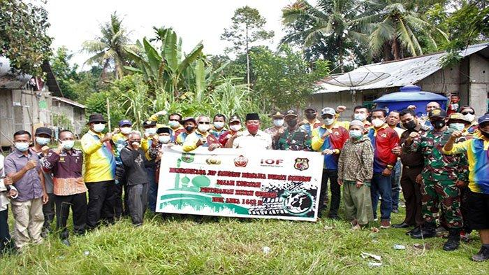 Paolus Hadi Serahkan Hewan Kurban pada Masyarakat di Mensarang dan Doku Kecamatan Kapuas
