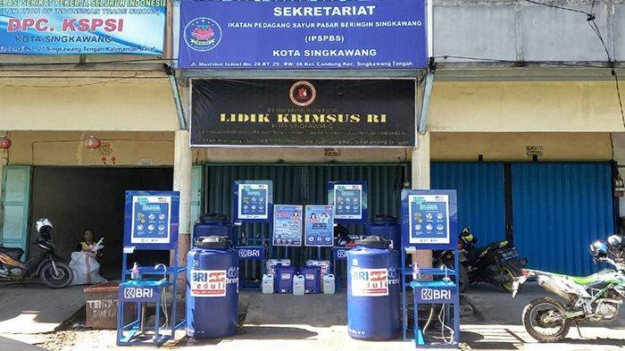 CSR BRI Peduli Sarana dan Prasarana Kebersihan Pasar Diserahkan di Singkawang dan Sambas - fdgdfgdfgdfg.jpg