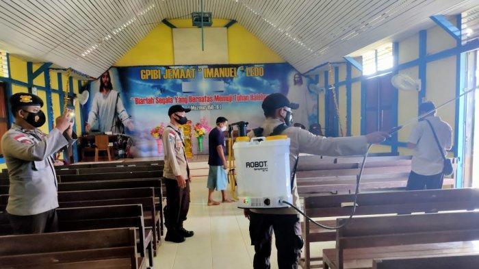 Personel Polsek Ledo Lakukan Penyemprotan Disinfektan di Rumah Ibadah