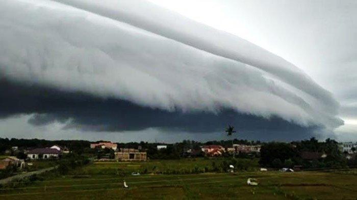 Fenomena alam berupa penampakan awan Arcus yang menyelimuti wilayah Nagan Raya, Senin (10/8/2020).