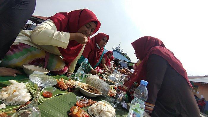 Robo-robo, Warga Tembelan Sampit Gelar Doa Tolak Bala dan Makan Bersama di Tepi Sungai Kapuas