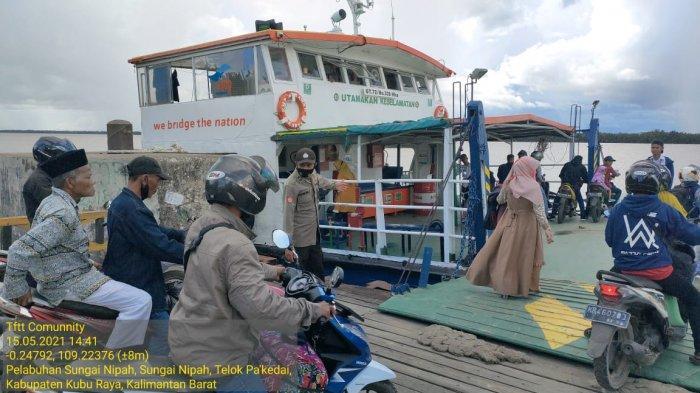 Personel Polsek Teluk Pakedai Lakukan Pengamanan Penyeberangan Feri Parit Sarim