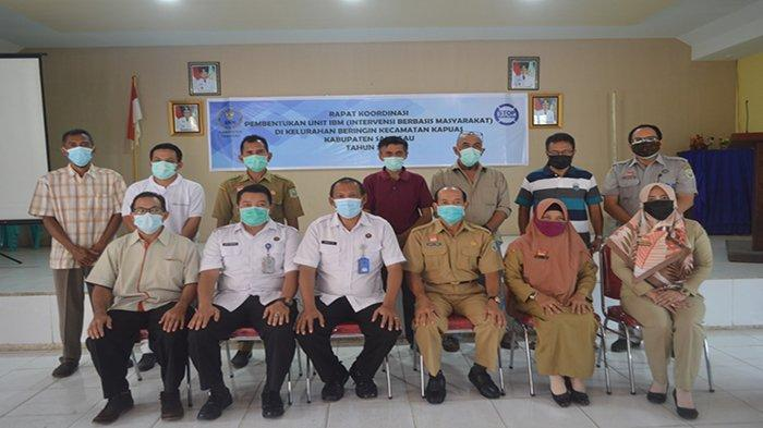 Foto bersama dalam kegiatan sosialisasi program Intervensi Berbasis Masyarakat (IBM) di Aula Kantor Camat Kapuas, Kabupaten Sanggau, Kalbar, Kemarin. BNNK Sanggau.