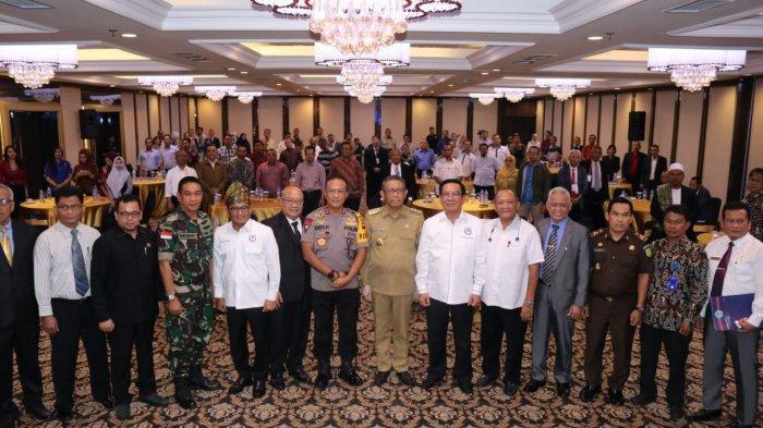 foto-bersama-gubernur-kalbar-sitarmidji-usai-membuka-musda-xi-gapensi.jpg
