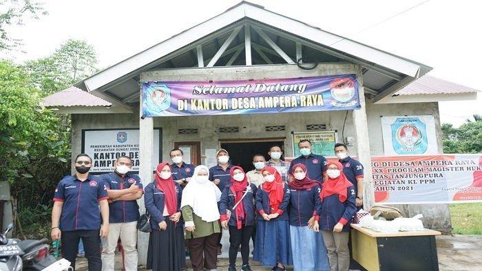 Foto bersama lokasi sosialisasi di Kantor Desa Ampera Raya, Dusun Ampera, Kabupaten Kubu Raya, Kalimantan Barat.