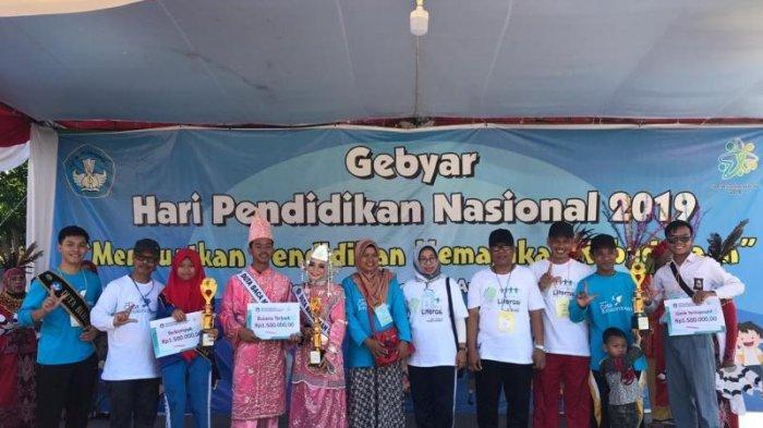 Gebyar Hardiknas 2019, UPT Kemendikbud Balai Bahasa Kalbar Gelar Pawai Literasi & Jalan Sehat - foto-bersama-para-pemenang-pawai-literasi-dengan-menunjukan-jari-salam-literasi.jpg